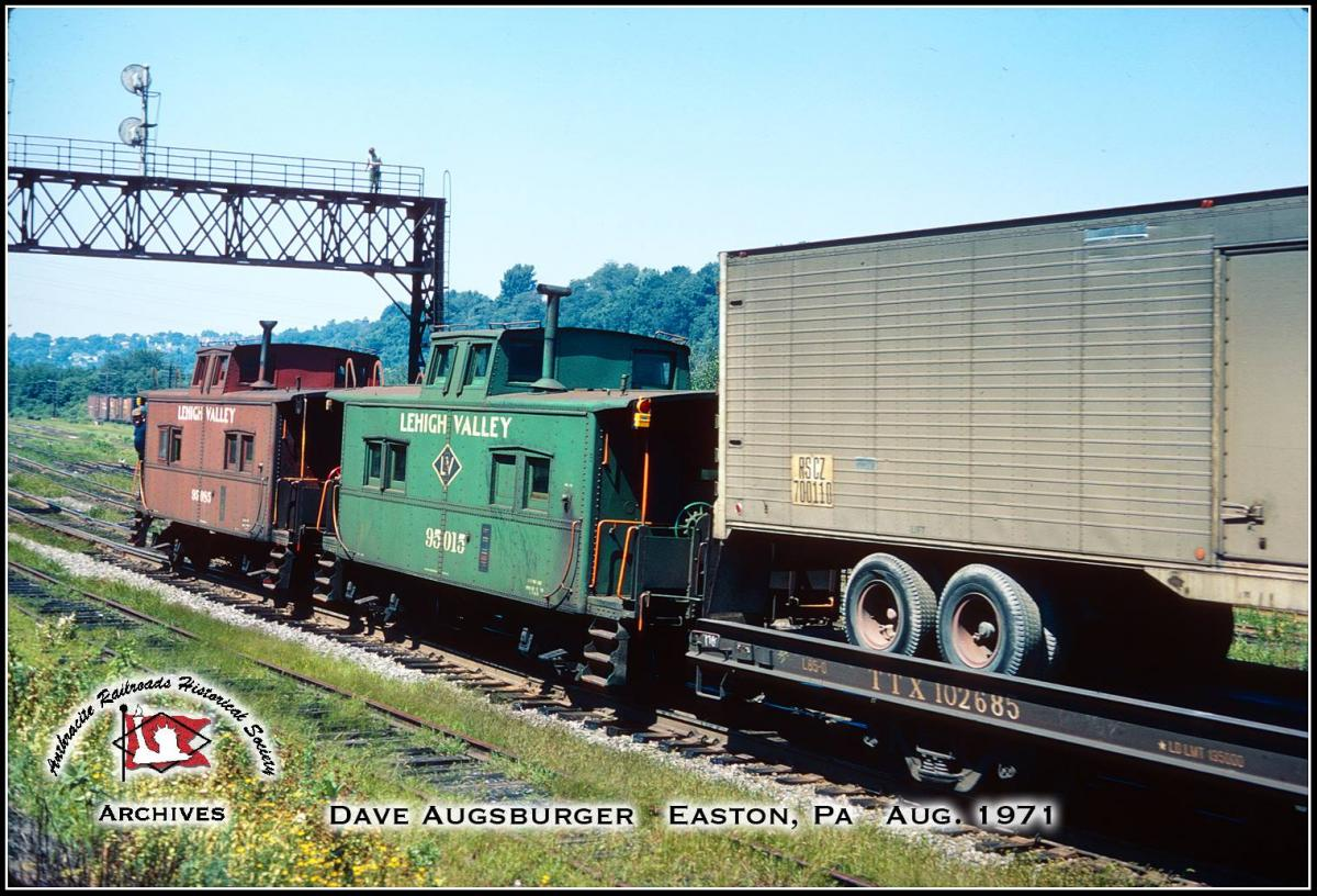 Lehigh Valley Caboose 95015 at Easton, PA - ARHS Digital Archive